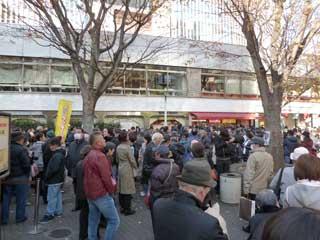 多くのお客さんで賑わう売場の前の広場