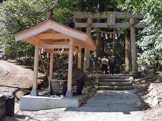 山のふもとの金持神社に到着
