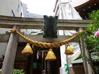 鳥居には大きなしめ縄が掛かっています