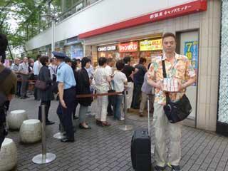 購入した宝くじを持って売場の前で記念撮影