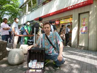 購入した宝くじをバックに詰めて売場の前で記念撮影