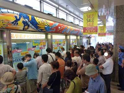 売場は混雑してます
