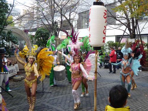西銀座チャンスセンターでサマージャンボ宝くじ発売初日のオープニングイベントのサンバ踊り