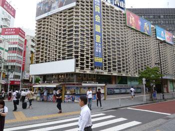 新橋駅前のニュー新橋ビルの全景