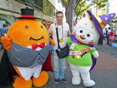 西銀座チャンスセンターでのハロウィンジャンボ宝くじ発売初日のキャラクター着ぐるみで記念撮影