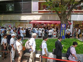 売場の前の広場は多くのお客さんの行列で埋め尽くされています