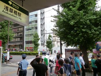 浅草橋駅の看板の前の喧噪