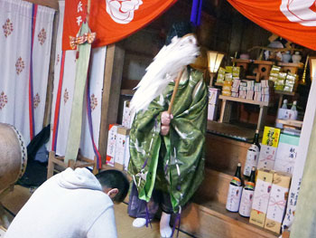 宮司さんによる白い御幣でお祓い