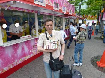 大阪駅前第4ビル特設売場で宝くじ購入風景