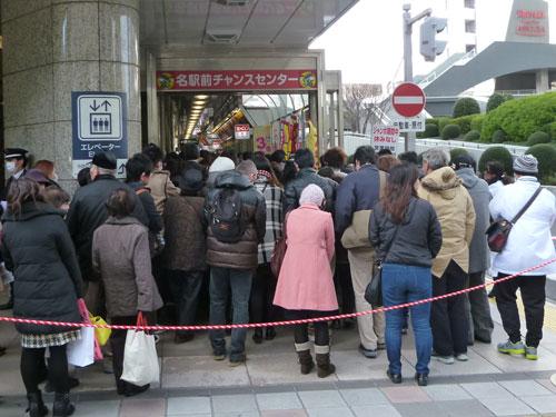 名駅前チャンスセンターの看板が見えない位の多くのお客さんの長い行列
