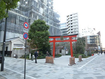 日本橋室町のビル街に囲まれた神社