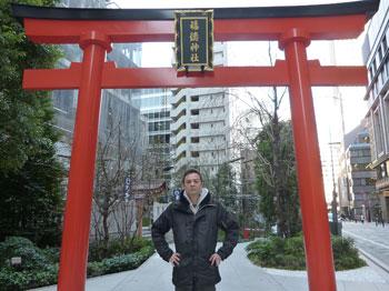 福徳神社の鳥居で参拝記念撮影