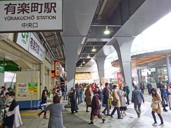 有楽町駅中央口駅前の混雑風景