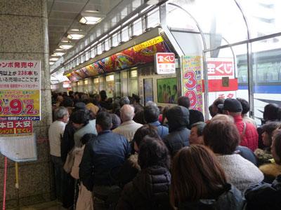 売場の前の通路に行列を作る多くのお客さん