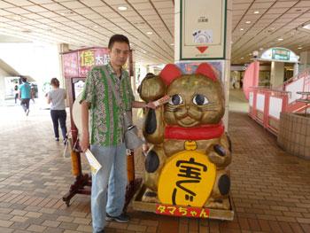 タマちゃんという大きな金色の招き猫