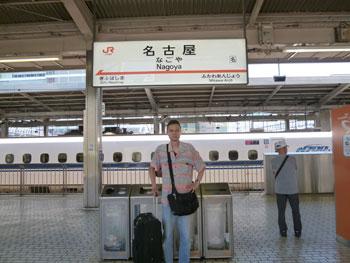 名古屋駅の新幹線ホームで記念撮影