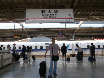 新幹線の新大阪駅ホームで記念撮影