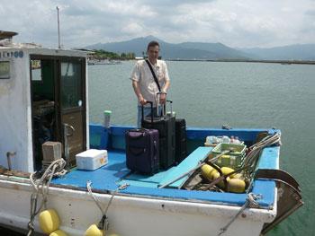 船に乗って高島に到着して記念撮影