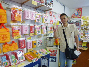 店内でサマージャンボ宝くじを買って記念撮影