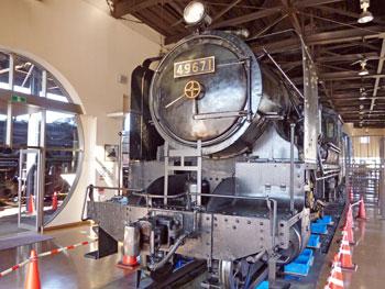 駅の中には蒸気機関車