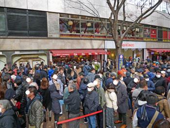 売場の前の広場は多くのお客さんで埋め尽くされています