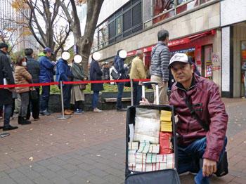 売場の前で今日買った年末ジャンボ宝くじで記念撮影